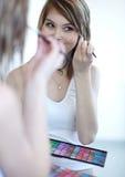 应用染睫毛油妇女年轻人 图库摄影