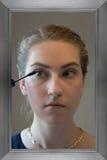 应用染睫毛油的十几岁的女孩 图库摄影