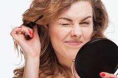 应用染睫毛油的卷发的妇女画象 免版税库存图片