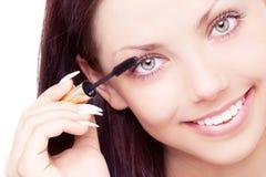 应用染睫毛油的妇女 图库摄影
