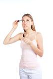 应用染睫毛油的妇女 免版税库存图片