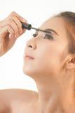 应用染睫毛油的妇女 免版税图库摄影