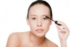 应用染睫毛油的新和可爱的妇女 库存照片