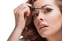 应用染睫毛油的被聚焦的妇女顶头射击  免版税库存照片