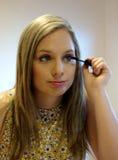 应用染睫毛油的雍妇女。 免版税库存图片