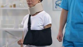 应用泡沫子宫颈衣领胳膊吊索的,治疗的医生女性患者 股票视频