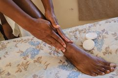 应用润肤液于脚 免版税库存图片