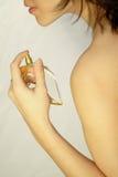 应用特写镜头香水妇女 免版税库存图片