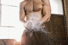 应用白垩粉末的一个肌肉人的中央部位 免版税库存图片