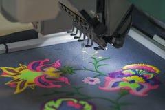 应用的刺绣专业机器在另外组织 免版税库存照片