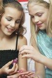 应用的女孩指甲油到朋友的指甲盖 库存照片