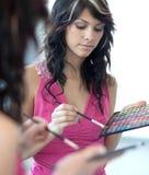 应用眼影膏染睫毛油俏丽的妇女年轻&# 免版税图库摄影