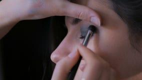 应用眼影膏的专业化妆师 股票视频