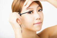 应用美丽的染睫毛油妇女 免版税库存照片