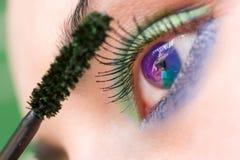 应用美丽的染睫毛油妇女 图库摄影