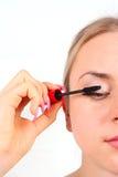 应用美丽的睫毛她的染睫毛油妇女 免版税库存图片