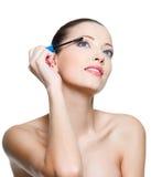 应用美丽的睫毛染睫毛油妇女 免版税图库摄影
