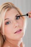 应用美丽的黑色染睫毛油妇女年轻人 库存照片