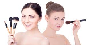应用胭脂或粉末与的年轻美丽的妇女画象  免版税库存照片