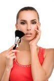 应用胭脂的化妆师 免版税库存图片