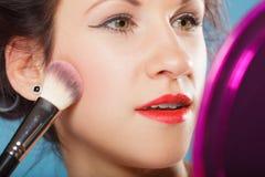 应用胭脂的妇女脸红构成 免版税库存照片