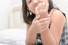 应用身体化妆水奶油的逗人喜爱的小女孩 免版税库存照片