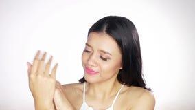 应用身体化妆水的俏丽的妇女 股票视频