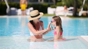 应用防晒霜的年轻母亲于女儿鼻子 影视素材