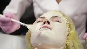 应用面膜的美容师于问题皮肤 有的年轻女人皮肤做法清洗 股票视频