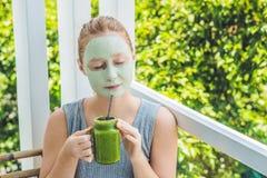 应用面部绿色黏土面具的温泉妇女 秀丽治疗 新鲜的绿色圆滑的人用香蕉和菠菜与芝麻se的心脏 库存照片