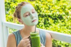 应用面部绿色黏土面具的温泉妇女 秀丽治疗 Fr 免版税库存图片