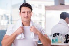 应用面霜的年轻英俊的人 图库摄影
