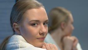 应用面霜,秀丽喜欢的美丽的女性少年年轻皮肤 股票录像