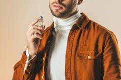 应用香水的时髦的人播种的射击 免版税图库摄影