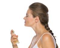 应用香水的少妇外形画象 库存照片