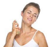 应用香水的少妇画象 免版税图库摄影