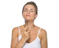 应用香水的少妇 免版税图库摄影