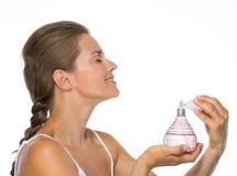 应用香水的少妇 免版税库存照片