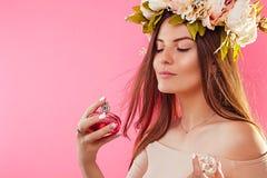 应用香水的花圈的美丽的妇女 库存图片