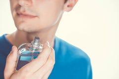 应用香水的年轻人 库存图片