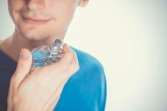 应用香水的年轻人 免版税库存照片