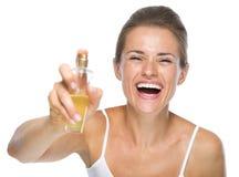 应用香水秘密审议的愉快的少妇 库存图片
