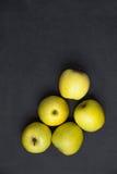 应用 新鲜的成熟绿色苹果在黑暗的背景安排了 顶视图 文本的空的空间 免版税图库摄影