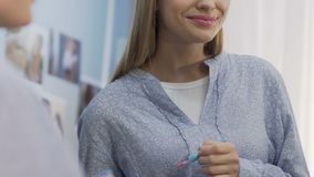 应用lipgloss、简单的每天构成学院的或办公室的学生女孩 股票视频