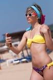 应用sunblock化妆水的比基尼泳装的妇女 免版税库存照片