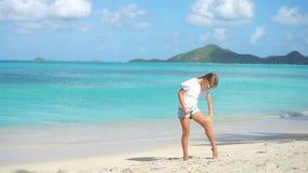 应用sunblock奶油的热带海滩的可爱的女孩 影视素材