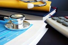 应计额 听诊器和财政报告与统计 分析研究 库存照片