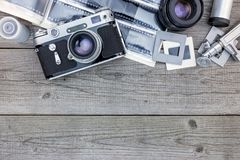 底片、透镜和减速火箭的照相机在木桌backgrou 库存图片