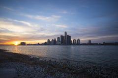 底特律在日落的市地平线看法从riv的岸 免版税库存照片