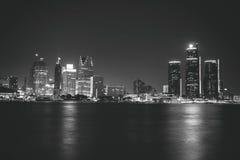 底特律在黑白的晚上 库存图片